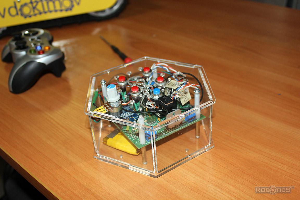 Пульт управления роботом на базе обучающего робототехнического конструктора 'RoboCake'.