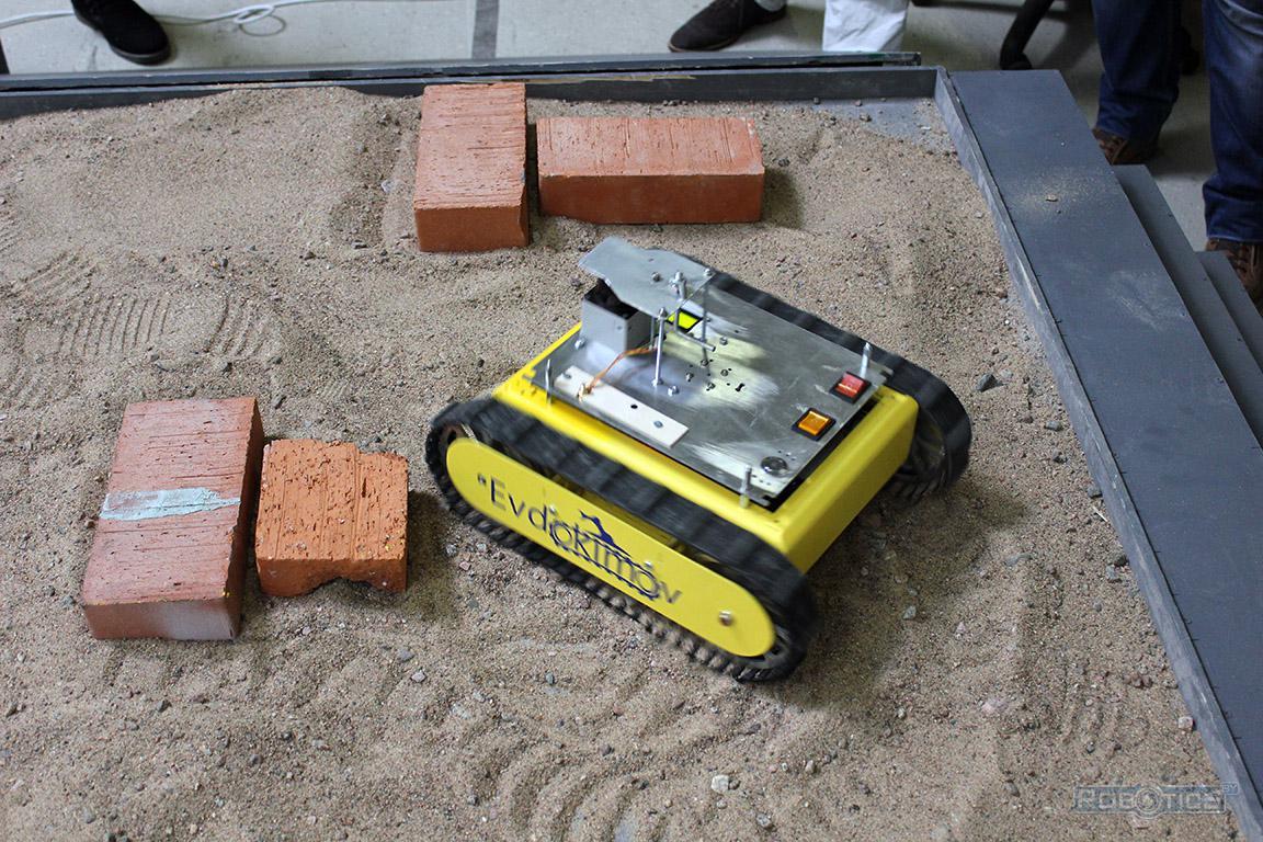 Робот-картограф на песчаном покрытии препятствия полигона ЦНИИ РТК конкурса «Кубок РТК».