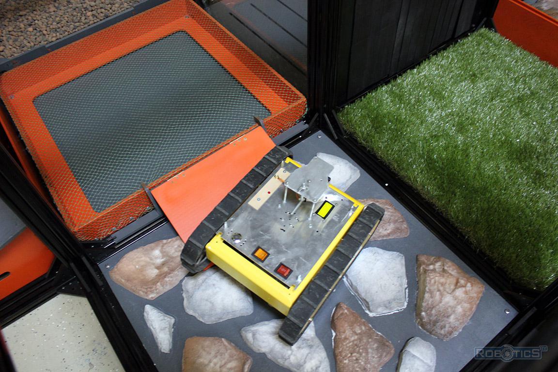 Робот-картограф на покрытии искусственный камень препятствия полигона ЦНИИ РТК конкурса «Кубок РТК».