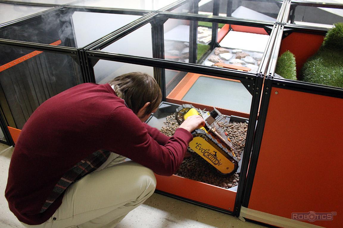 Сергей Герасюто оценивает повреждения гусеничного шасси робота-картографа на полигоне ЦНИИ РТК конкурса «Кубок РТК».