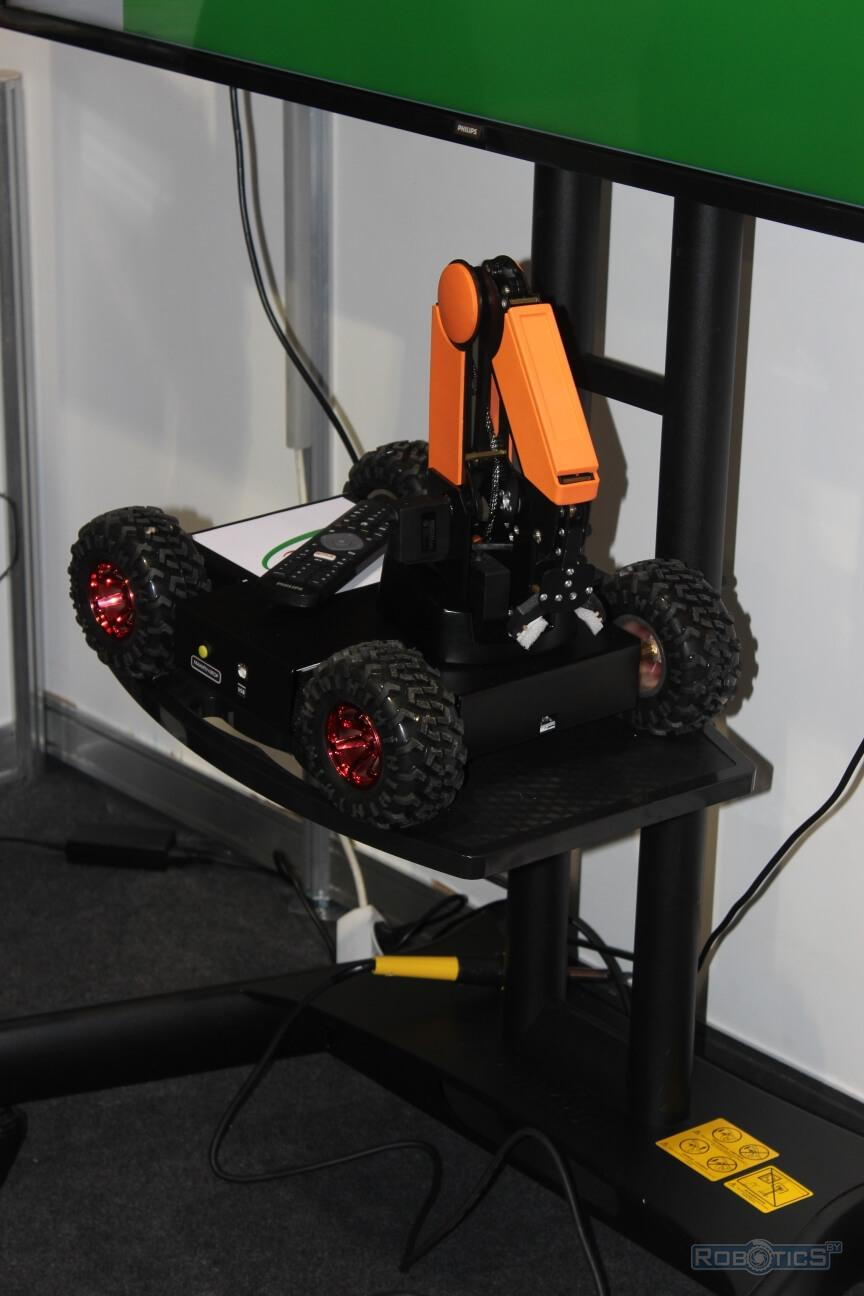 "Mobile robot with a manipulator on a wheeled chassis (""Foresight"" School of Digital Technology)"