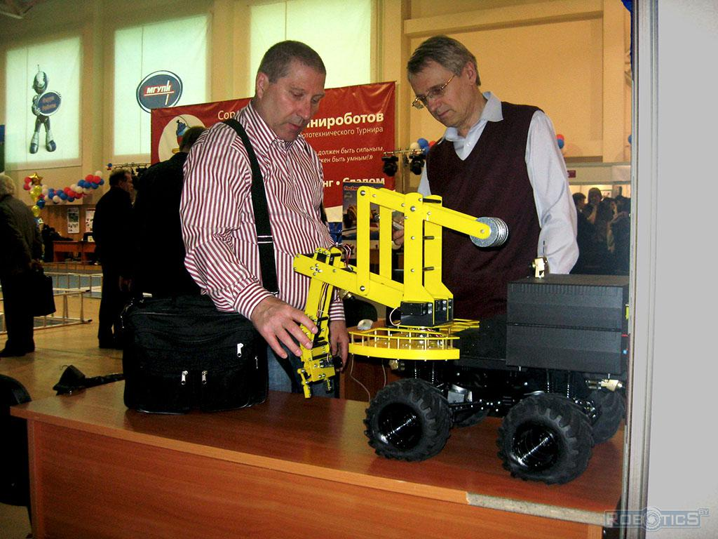 The robot manipulator on self-propelled chassis, participate in the program «Марс-500».