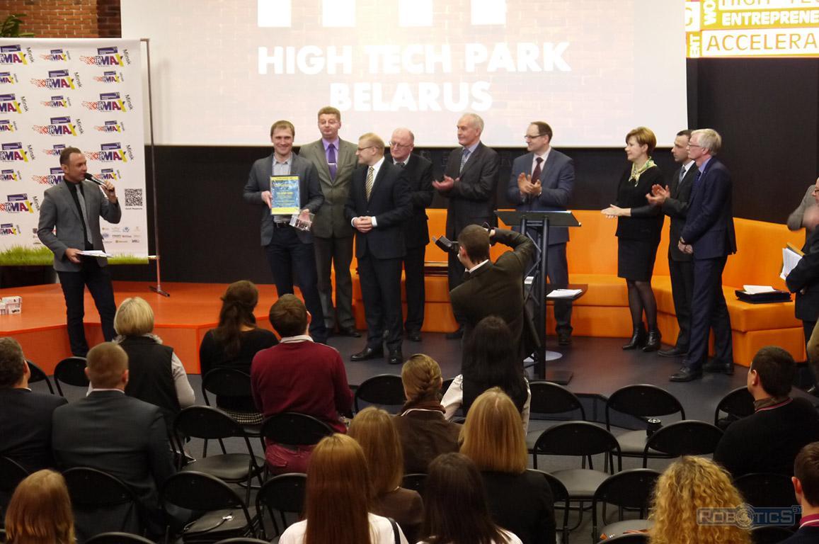 Торжественный момент вручения Григорию Прокоповичу сертификата от ОАО 'Приорбанк'