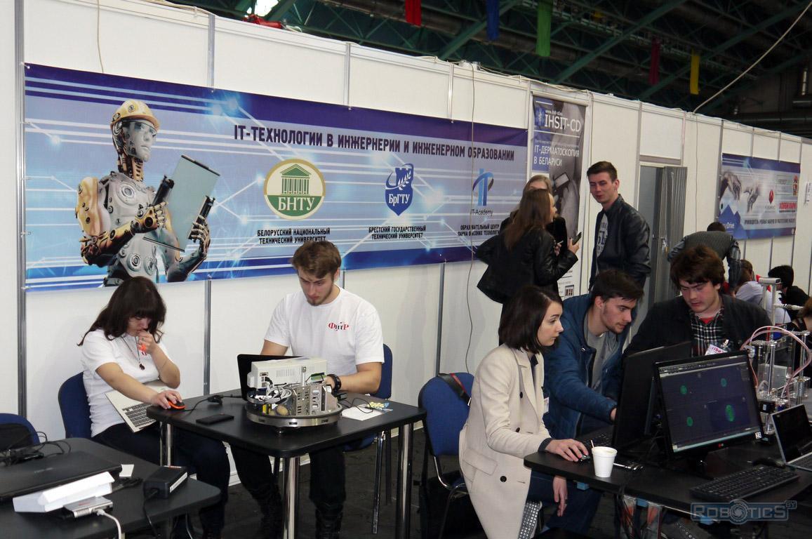 Студенты ФИТР БНТУ настраивают робота Robotino компании FESTO