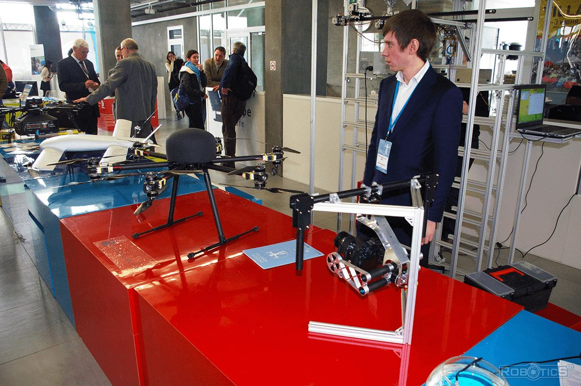 Стенд с летающими роботами-дронами.