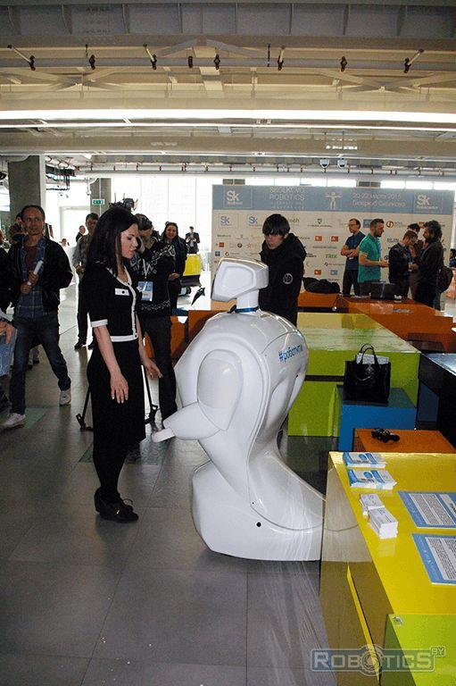 Проморобот «общается» с посетителями III Международной конференции «Skolkovo Robotics».