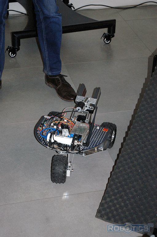 Мобильный трехколесный робот оснащенный схватом.