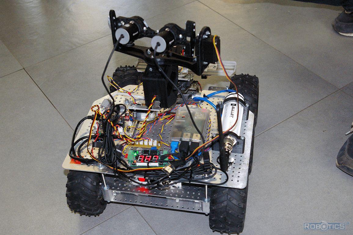 Мобильный четырехколесный робот оснащенный мультикамерной системой технического зрения.