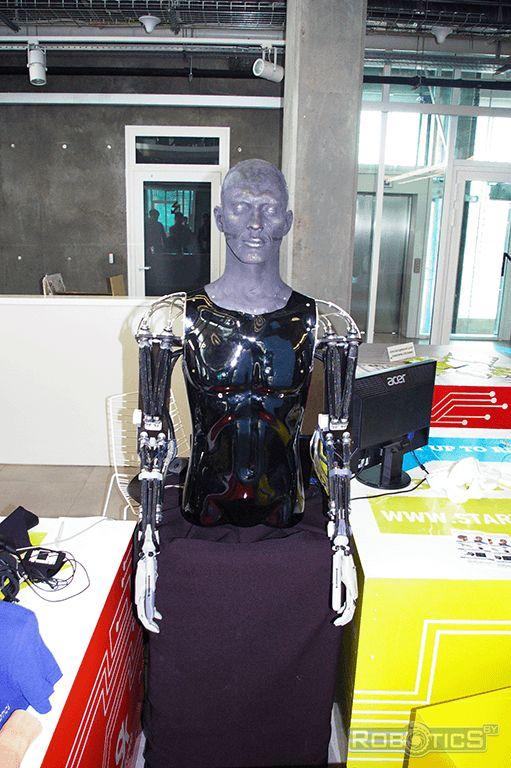 Элементы скелета человека, выполненные на 3D-принтере, собранные воедино.