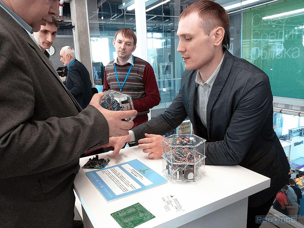Посетители выставки рассматривают робототехнический конструктор «RoboCake».