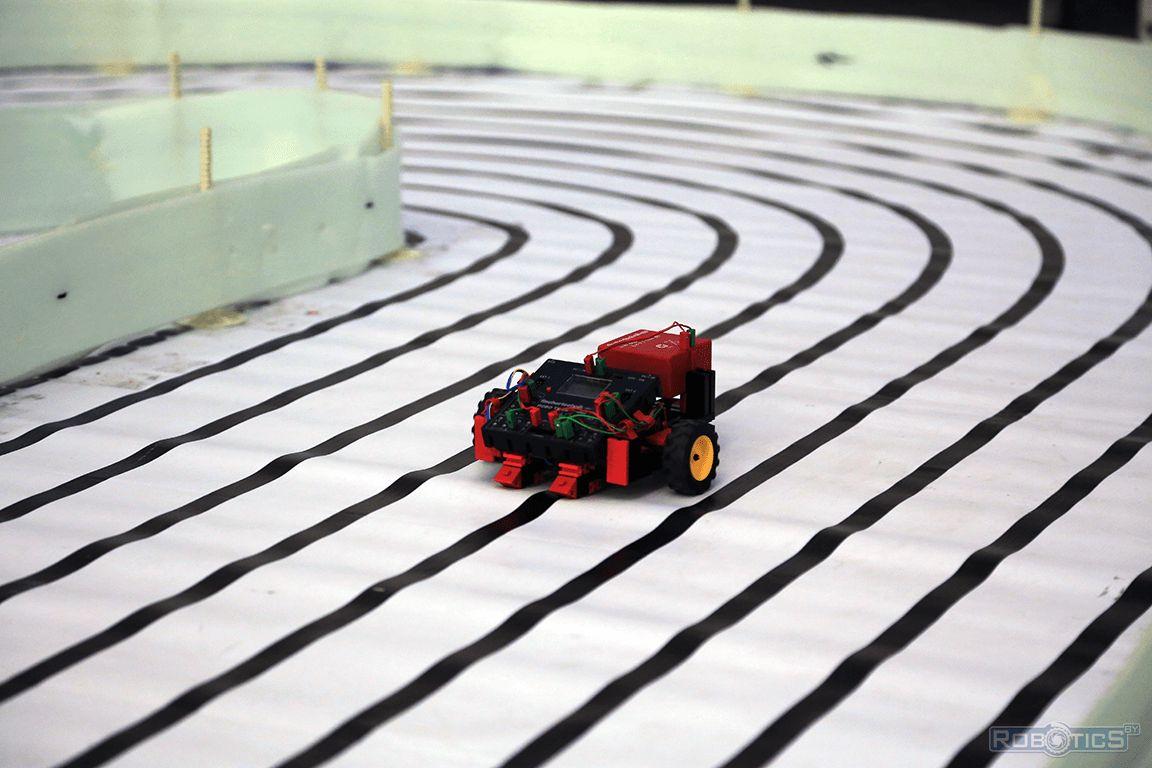 fischertechnik robot on track.