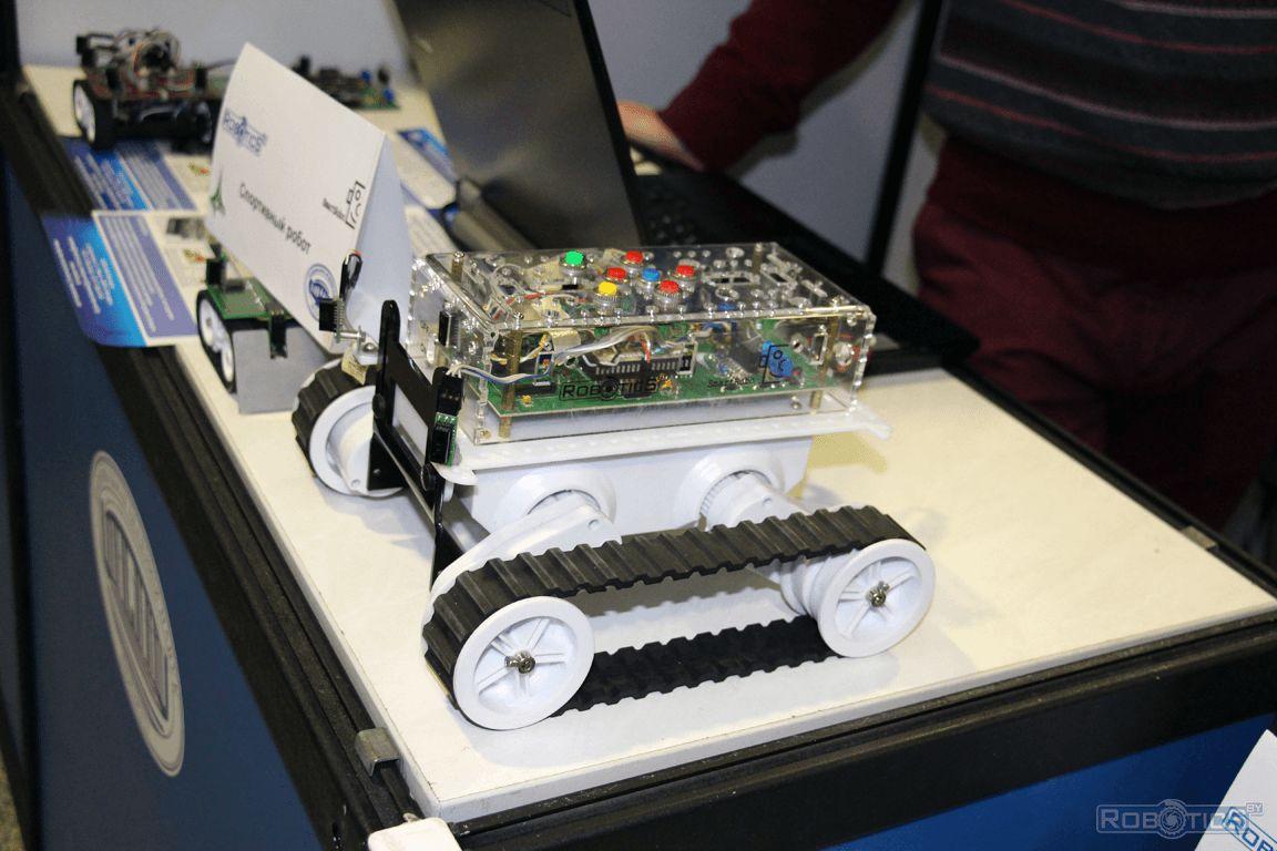 Гусеничный автономный робот с нейросетевым регулятором.