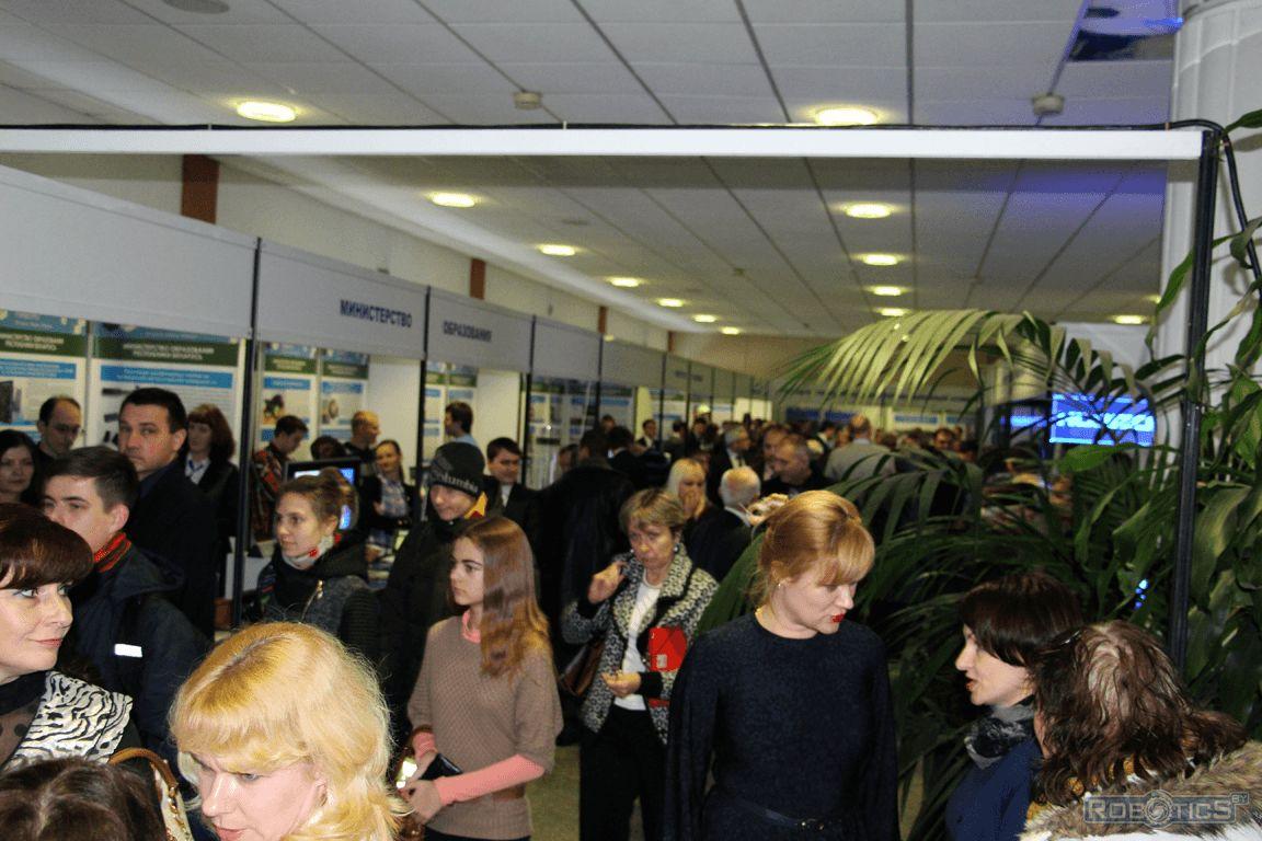 Посетители выставки посвященной Дню белорусской науки.