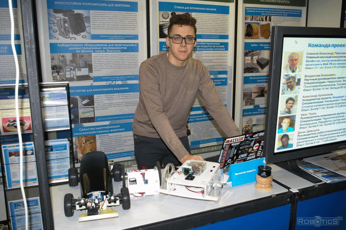 Максим Масальский демонстрирует своих роботов.