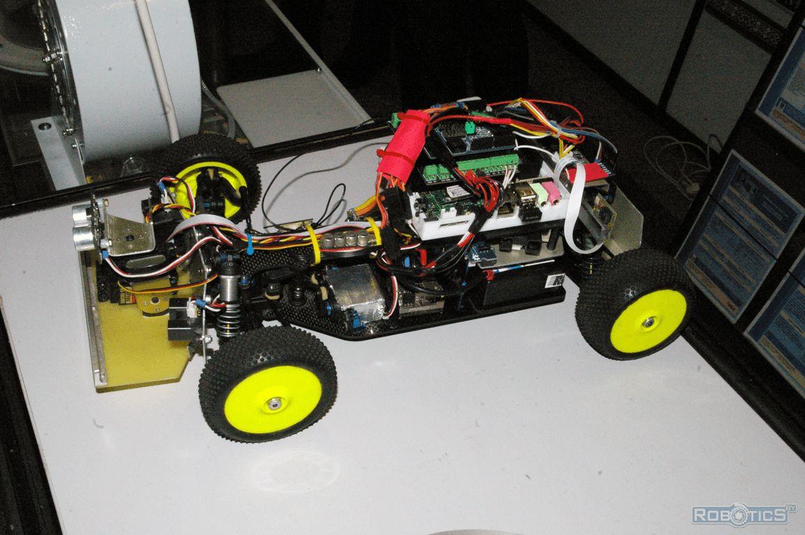 Гоночный мобильный робот для состязаний RoboRace.