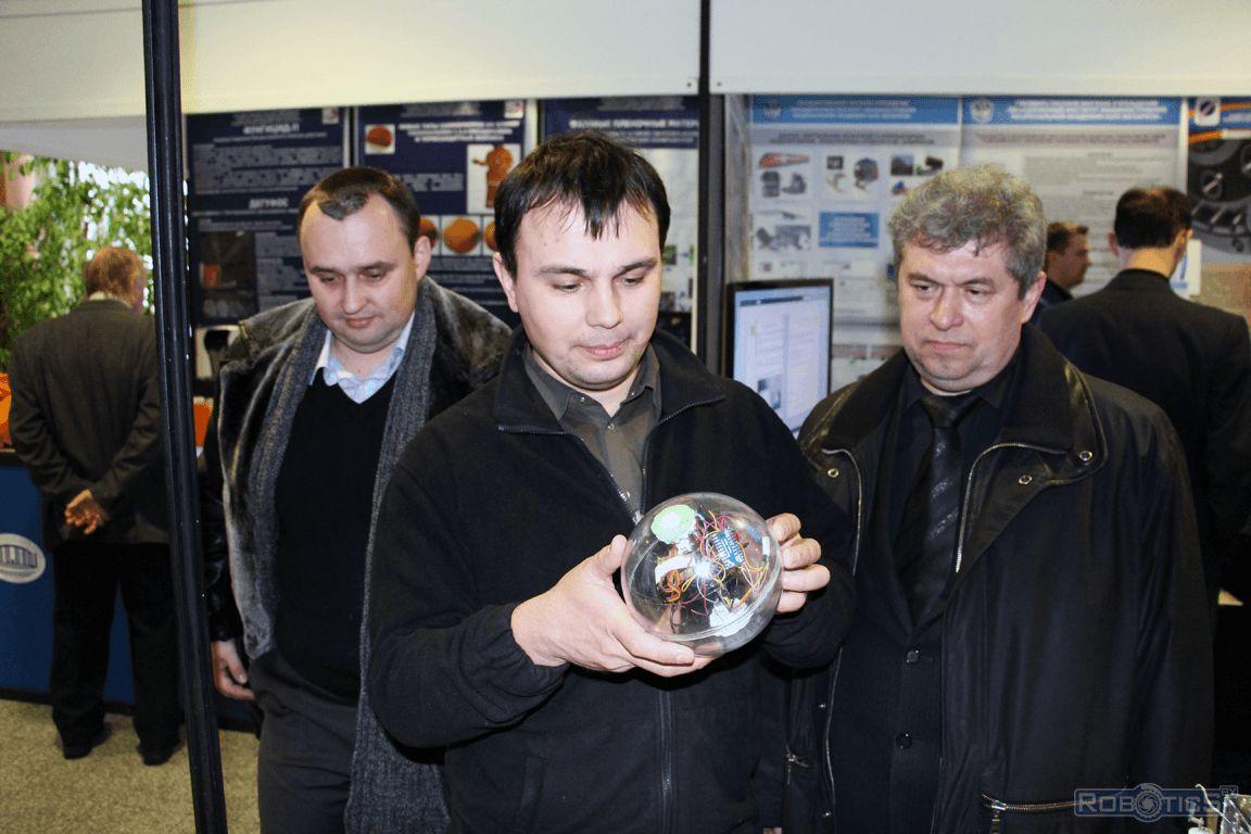 Робо-шар в руках посетителя.