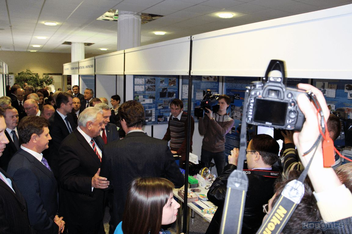 Sergei Ablameyko (BSU rector) and Mikhail Myasnikovich (Chairman of the National Assembly of Belarus) stand near the center of the sector of Robotics and identification systems.