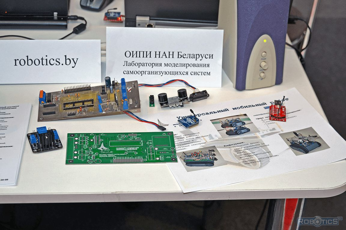 Exhibition table with accessories for the universal mobile robot.