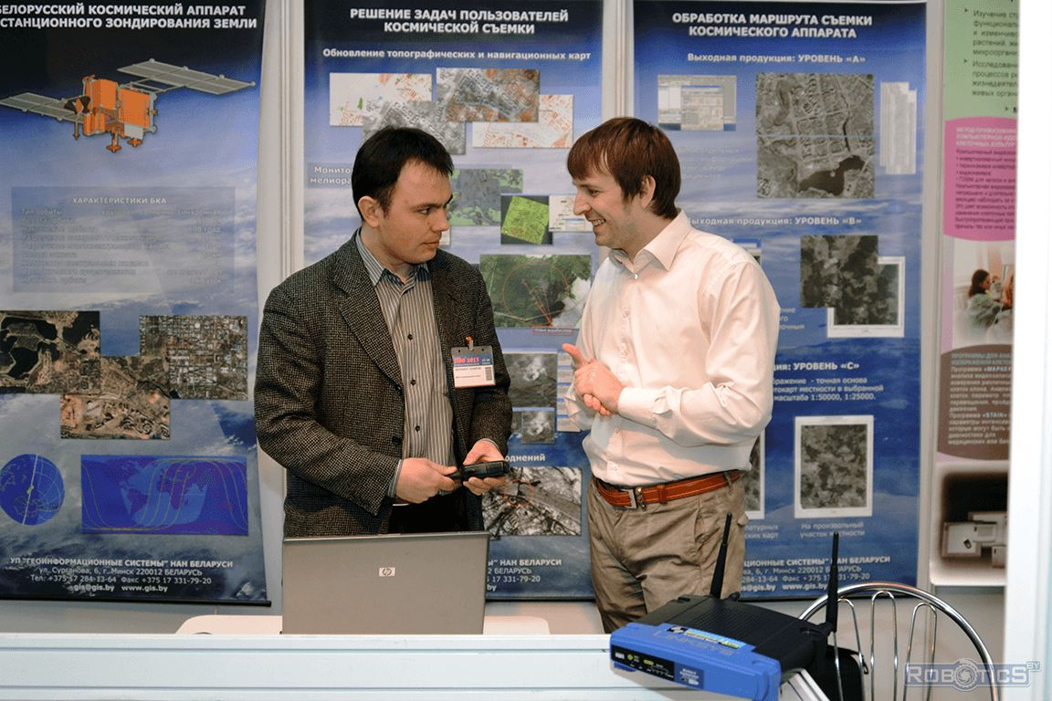 Denis Volontsevich and Sergey Gerasuto discuss exhibits of the exhibition.