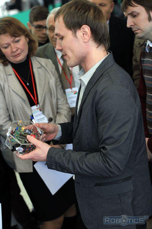 Прокопович Григорий Александрович демонстрирует робототехнический конструктор нашей лаборатории.