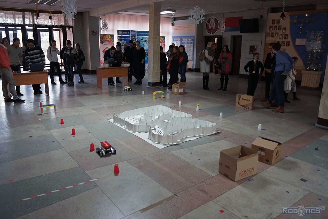 Competitions remote-controlled robots around obstacles.